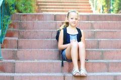 Szczęśliwa uśmiechnięta dziewczyna Z powrotem szkoła obrazy royalty free