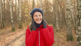 Szczęśliwa Uśmiechnięta kobieta Cieszy się naturę Stać w jesień parku Młody ładny żeński ono uśmiecha się przy kamerą zbiory wideo