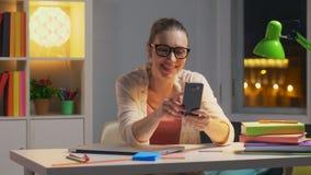 Szczęśliwa uśmiechnięta kobieta opowiada na wideo gadce z ona rodziców zbiory wideo