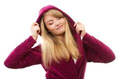 Szczęśliwa uśmiechnięta kobieta w purpurowym bathrobe z kapiszonem, cieszący się świeżość i wellbeing Obrazy Royalty Free