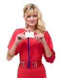 Szczęśliwa uśmiechnięta młoda biznesowa kobieta pokazuje pustą odznakę Zdjęcie Stock