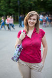Szczęśliwa Uśmiechnięta młoda kobieta W Czerwonej koszula, plenerowej Obrazy Stock