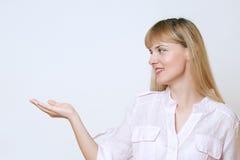 Szczęśliwa uśmiechnięta młoda piękna biznesowa kobieta pokazuje pustego teren Zdjęcie Stock