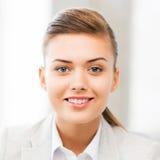 Szczęśliwa uśmiechnięta młodej kobiety twarz, portret lub Fotografia Stock