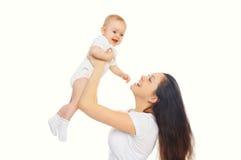 Szczęśliwa uśmiechnięta matka i dziecko bawić się na bielu obraz royalty free