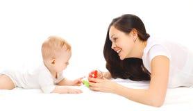 Szczęśliwa uśmiechnięta matka i dziecko bawić się w zabawkach nad bielem Zdjęcie Stock