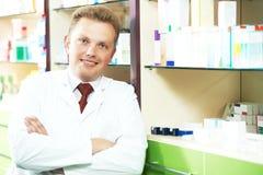 Szczęśliwa uśmiechnięta medyczna farmaceuta lub apteka pracownik fotografia stock