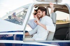Szczęśliwa uśmiechnięta para robi selfie inside samolotu kabinie obraz stock