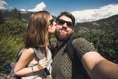 Szczęśliwa uśmiechnięta para ucznie w miłość wp8lywy selfie autoportrecie podczas gdy wycieczkujący w Yosemite parku narodowym, K Obraz Stock