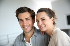 Szczęśliwa uśmiechnięta para w nowożytnym żywym pokoju zdjęcia stock