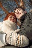 Szczęśliwa uśmiechnięta para w zima parku pod drzewem Obrazy Stock