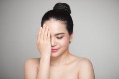 Szczęśliwa uśmiechnięta piękna azjatykcia kobieta dotyka jej twarz Zdjęcia Stock