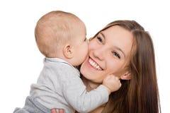 Szczęśliwa uśmiechnięta potomstwo matka z jej małym synem Fotografia Stock