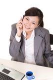 Szczęśliwa uśmiechnięta pracująca biznesowa kobieta obraz stock