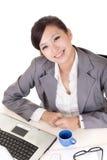 Szczęśliwa uśmiechnięta pracująca biznesowa kobieta obraz royalty free