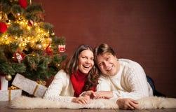 Szczęśliwa Uśmiechnięta rodzina świętuje nowego roku w domu Fotografia Stock