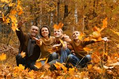 Szczęśliwa uśmiechnięta rodzina Zdjęcia Royalty Free