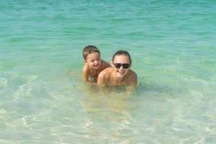 Szczęśliwa uśmiechnięta rodzina ma zabawę na tropikalnych biel plaży Maldives wyspach śliczny macierzysty syn Pozytywne ludzkie e Zdjęcie Stock