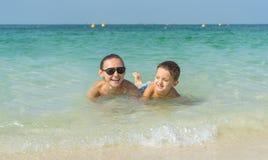 Szczęśliwa uśmiechnięta rodzina ma zabawę na tropikalnych biel plaży Maldives wyspach śliczny macierzysty syn Pozytywne ludzkie e Zdjęcie Royalty Free