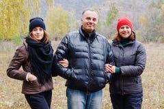 Szczęśliwa uśmiechnięta rodzina: mama, tata i córka nastoletni, zdjęcie stock