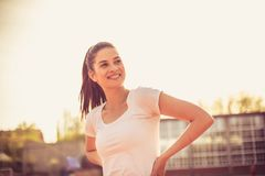 Szczęśliwa uśmiechnięta sport kobieta hełmofonu czarny zamknięty wizerunek odizolowywał mikrofonu ochraniacza miękką część w górę Fotografia Royalty Free