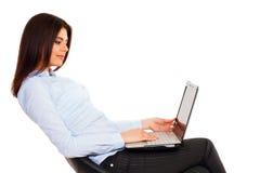 Szczęśliwa ufna kobieta z laptopem fotografia royalty free