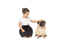 Szczęśliwa urocza dziewczyna z mopsa psem, odosobnionym na bielu Zdjęcie Stock