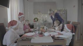 Szczęśliwa urocza z podnieceniem rodzina sześć świętuje Bożenarodzeniowych gości restauracji w świątecznej atmosfery wygodnej kuc zbiory