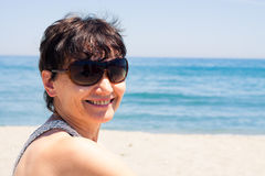 Szczęśliwa w średnim wieku kobieta na plaży Obrazy Stock