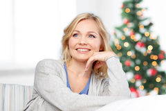 Szczęśliwa w średnim wieku kobieta przy bożymi narodzeniami Obraz Royalty Free