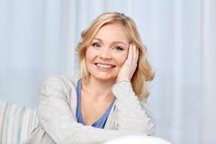 Szczęśliwa w średnim wieku kobieta w domu zdjęcie stock