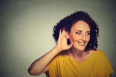Szczęśliwa w średnim wieku nosata kobiety ręka uszaty gest ostrożnie skrycie słucha fotografia stock