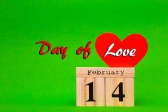 Szczęśliwa walentynka dnia karta z czerwień papieru sercem i drewnianym kalendarzem Obrazy Royalty Free