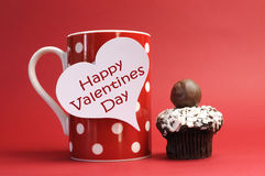 Szczęśliwa walentynka dnia wiadomość na czerwonym polki kropki kubku z czekoladową babeczką obraz stock