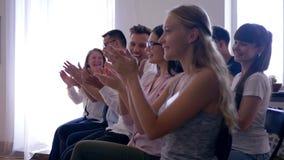 Szczęśliwa widownia pomyślni ludzie powitanie mówcy na powozowym szkoleniu zbiory