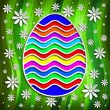 Szczęśliwa wielkanoc - barwiony jajko na wzorzystym tle Zdjęcia Stock