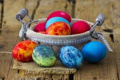 Szczęśliwa wielkanoc, kolorowi jajka w koszu zdjęcia royalty free