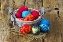 Szczęśliwa wielkanoc, kolorowi jajka w koszu obraz stock