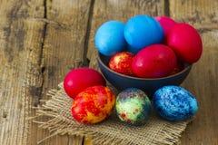 Szczęśliwa wielkanoc, kolorowi jajka w pucharze zdjęcia royalty free