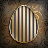 Szczęśliwa wielkanoc - kształt jajko na złotym tle Zdjęcia Royalty Free