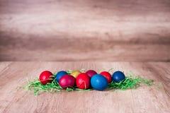 Szczęśliwa wielkanoc, malujący jajka na retro drewnianym tle Fotografia Royalty Free