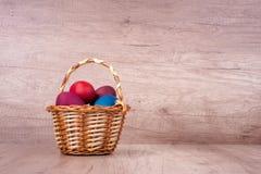 Szczęśliwa wielkanoc, malujący jajka w koszu Zdjęcia Stock