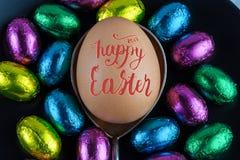 Szczęśliwa wielkanoc 2017 pisać list pisać na Wielkanocnym jajku umieszczającym na silv Obrazy Stock