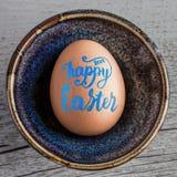 Szczęśliwa wielkanoc 2017 Ręcznie pisany w błękitnym literowaniu na jajecznym zbliżeniu Zdjęcie Stock