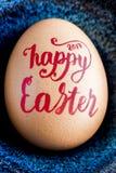 Szczęśliwa wielkanoc 2017 Ręcznie pisany w czerwonym literowaniu na jajecznym zbliżeniu Zdjęcia Stock