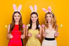 Szczęśliwa wielkanoc! Trzy ładny, modne dziewczyny jest ubranym królików ucho na h Fotografia Royalty Free