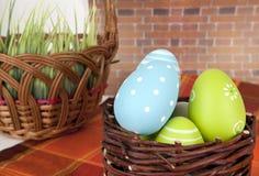 Szczęśliwa Wielkanocna inskrypcja - few jajka na drewnianym koszu Zdjęcie Royalty Free
