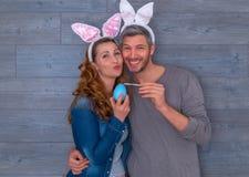 Szczęśliwa Wielkanocna para zdjęcia royalty free