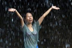szczęśliwa wodospady poniższa kobieta fotografia royalty free