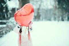 Szczęśliwa wychodząca dziewczyna z walentynki sercem szybko się zwiększać plenerowego Walentynki ` s dnia pojęcie kosmos kopii Obrazy Stock